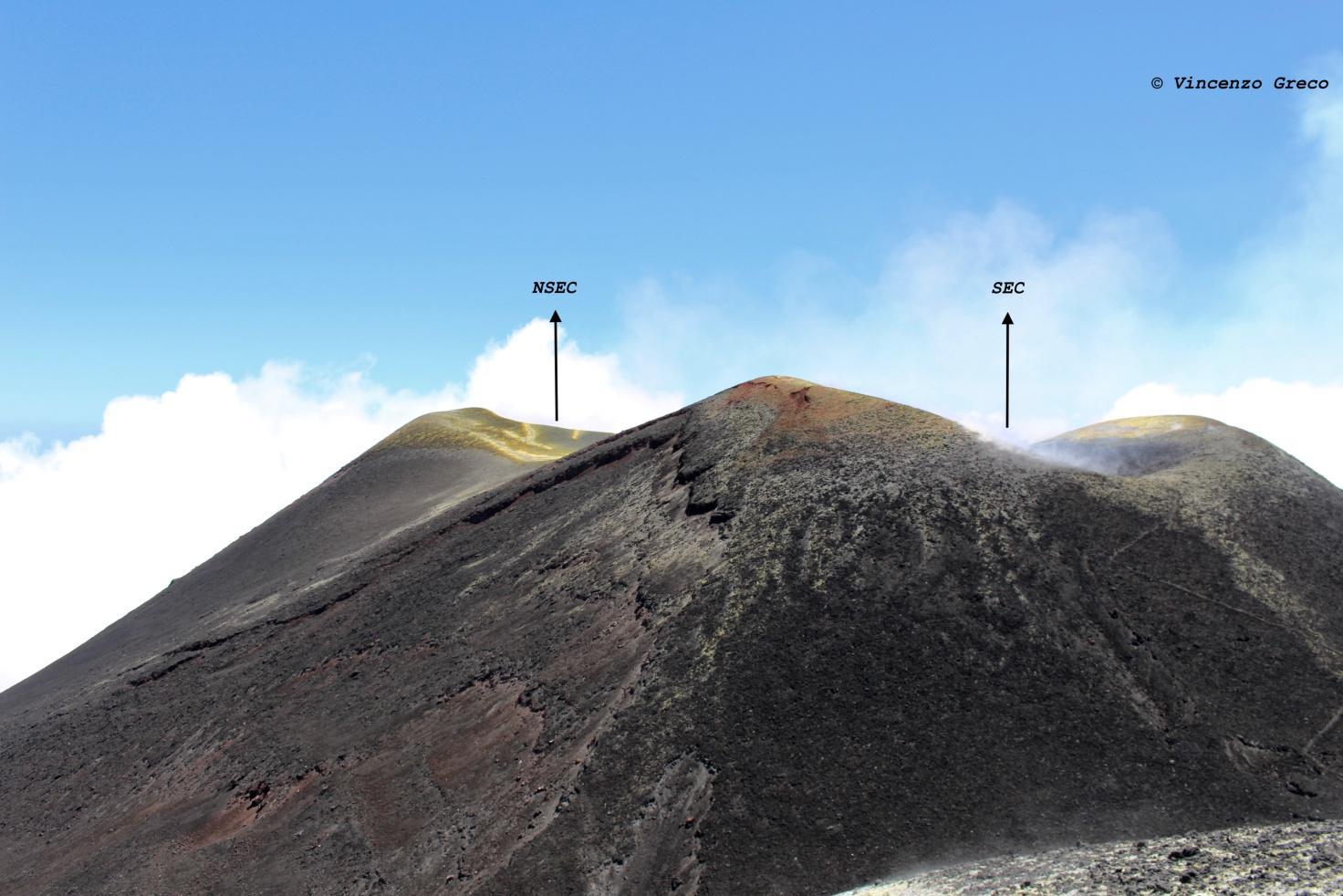 Foto scattata dall'orlo orientale del Cratere Centrale e ritrae il Vecchio (SEC) e il Nuovo Cratere di Sud Est (NSEC)