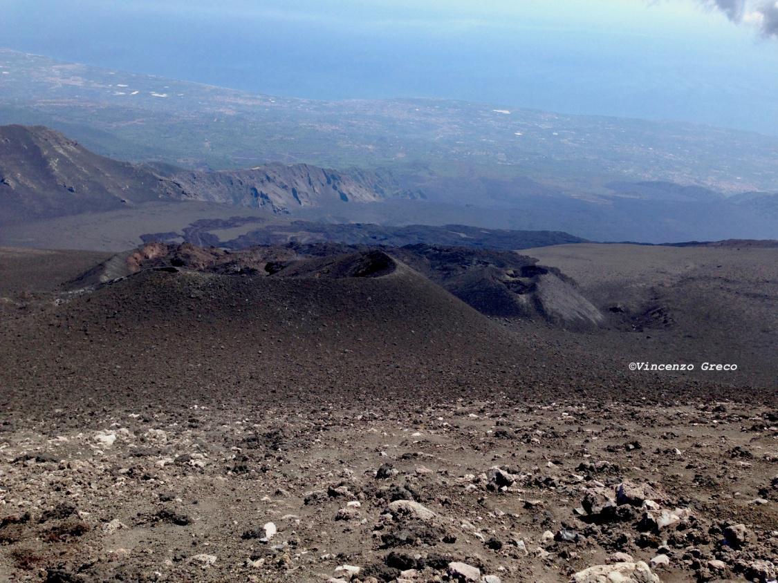Coni di scorie relativi all'eruzione del 6 luglio – 10 agosto 2014, ripresi dal Cratere di Nord Est