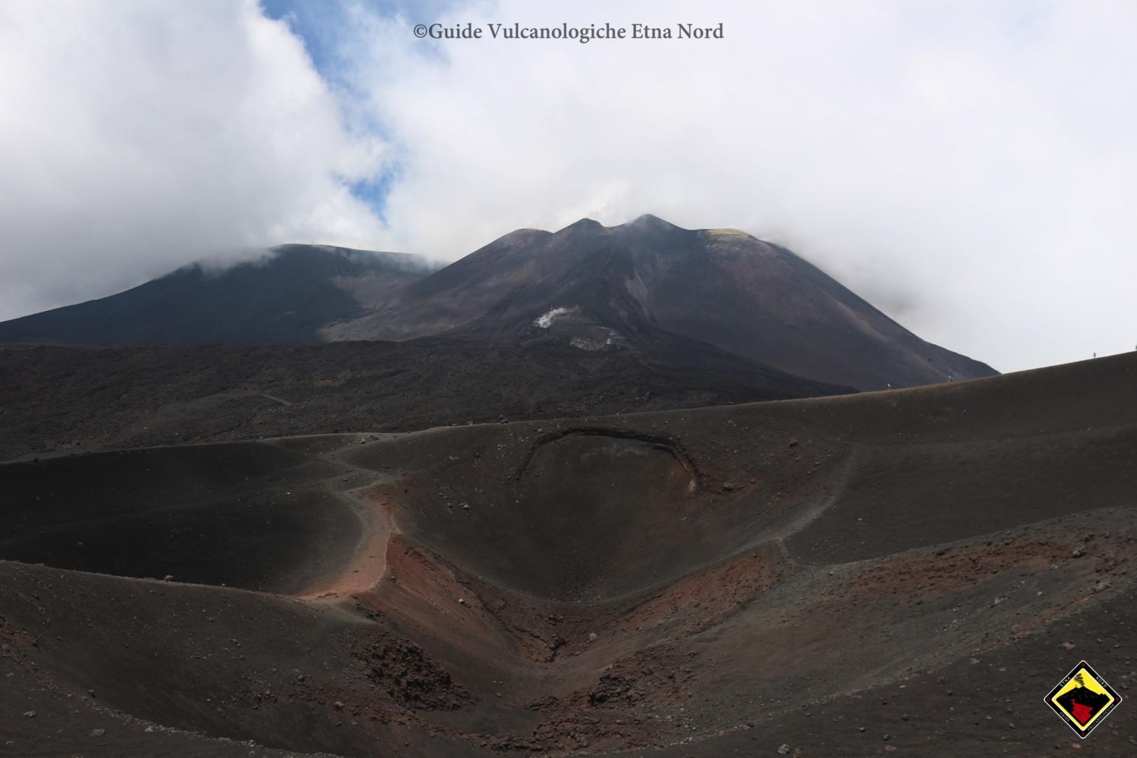 Il grande Cratere dei Barbagallo in primo piano, con il Cratere di Sud Est e i suoi flussi lavici sullo sfondo