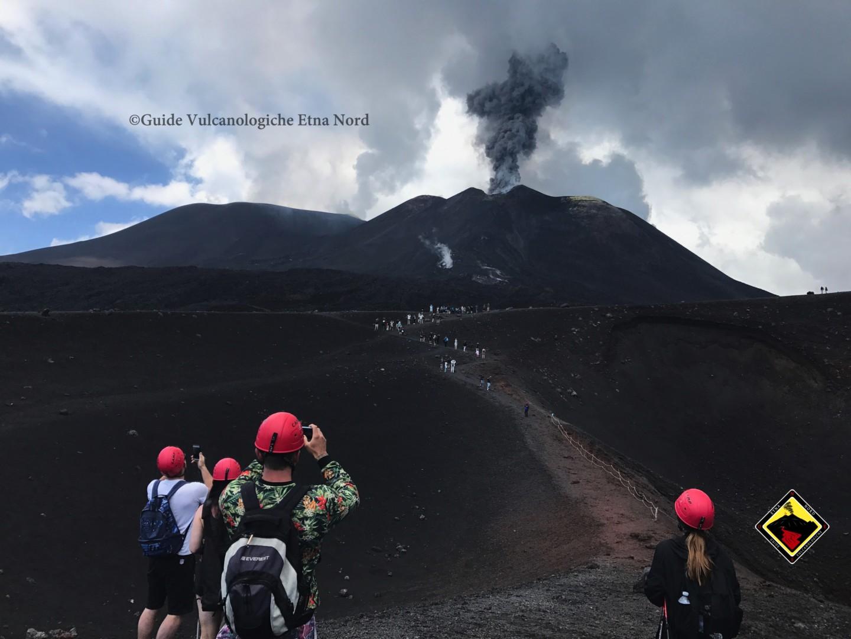 I nostri turisti che ammirano l'attività esplosiva al Cratere di Sud Est