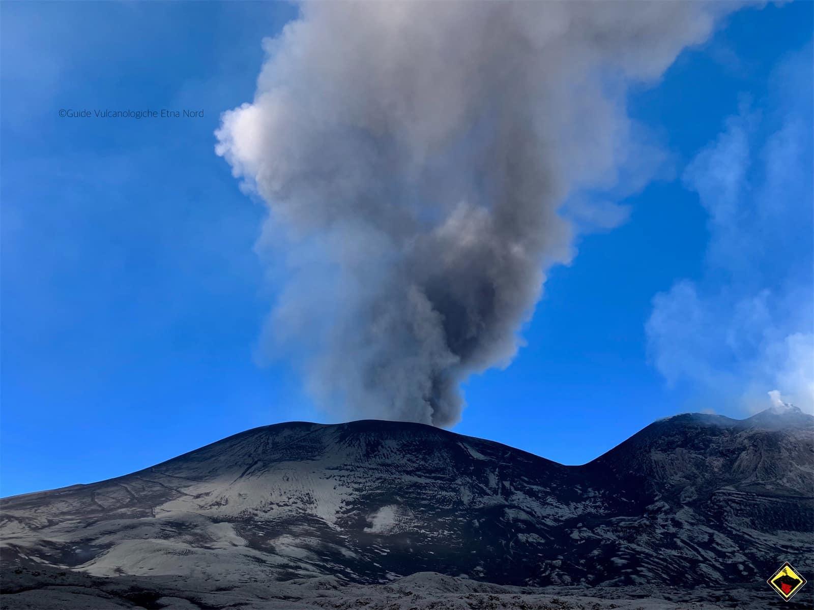Prosegue l'attività esplosiva in cima al nostro vulcano